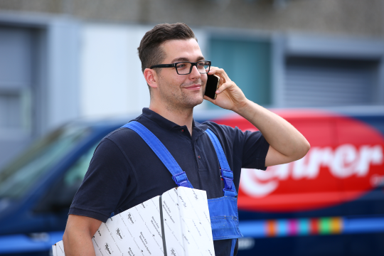 Mehrer Service fitter gives information over the phone