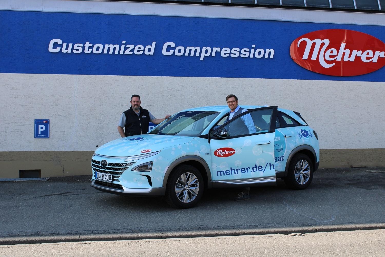 Новый автомобиль на топливных элементах, работающий на водороде, перед зданием компании Mehrer Compression