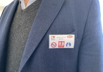 Пуговица на одежде с указанием правил поведения